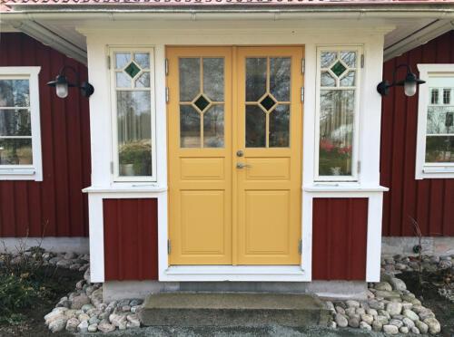 gul-pardorr-med-sprojs-och-fargat-glas