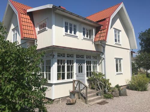 hus-i-beige-med-fonster-och-dorr-i-stil-fran-borjan-av-1900
